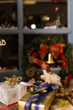Kerstmisheden door venster wordt geplaatst dat Royalty-vrije Stock Afbeeldingen