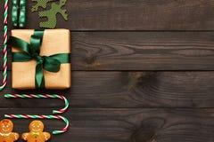 Kerstmisheden en decoratie op houten achtergrond Stock Afbeeldingen