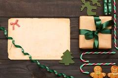 Kerstmisheden en decoratie op houten achtergrond Stock Foto's