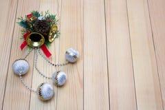 Kerstmisherinnering met gele klokken en witte ballen Royalty-vrije Stock Afbeeldingen