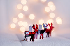 Kerstmisherten op een rij op een bokehachtergrond Stock Fotografie