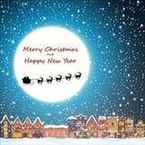 Kerstmishuis in sneeuwval bij de nacht De gelukkige kaart van de vakantiegroet met stadshorizon, vliegende Santa Claus en herten Stock Afbeelding