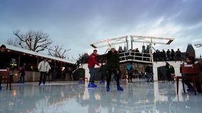 Kerstmisijs die op Museumplein in Amsterdam schaatsen stock videobeelden