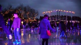 Kerstmisijs die op Museumplein in Amsterdam schaatsen stock video