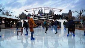 Kerstmisijs die op Museumplein in Amsterdam schaatsen stock footage
