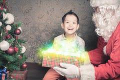 Kerstmisinspiratie! Gelukkige geschokte die jongen wordt verrast om Kerstman te zien stock afbeeldingen