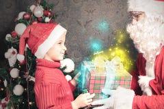 Kerstmisinspiratie! Gelukkige geschokte die jongen wordt verrast om Kerstman te zien stock afbeelding