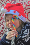 Kerstmisjongen met een suikergoed Stock Foto's