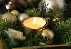 Kerstmiskaars en gouden ballen Stock Fotografie