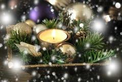 Kerstmiskaars en multicoloured ballen Stock Afbeeldingen