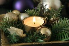 Kerstmiskaars en multicoloured ballen Royalty-vrije Stock Afbeelding