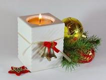 Kerstmiskaars en ornamenten Stock Afbeeldingen