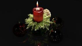 Kerstmiskaars en ornamenten over binnen donkere achtergrond royalty-vrije stock afbeelding