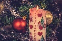 Kerstmiskaars met december-kalender Stock Foto's