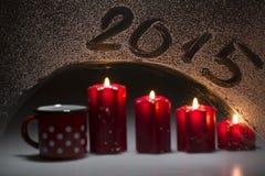 Kerstmiskaars met subtitleon van 2015 het venster, met appl wordt verfraaid die Stock Foto's