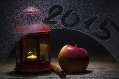Kerstmiskaars met subtitleon van 2015 het venster, met appl wordt verfraaid die Royalty-vrije Stock Fotografie