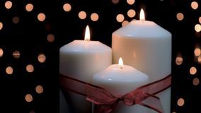 Kerstmiskaarsen die in atmosferisch licht branden stock videobeelden