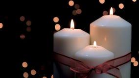 Kerstmiskaarsen die in atmosferisch licht branden stock footage