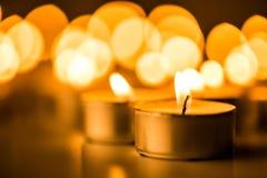 Kerstmiskaarsen die bij nacht branden De abstracte Achtergrond van Kaarsen Gouden licht van kaarsvlam Stock Foto's