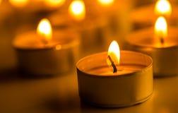 Kerstmiskaarsen die bij nacht branden De abstracte Achtergrond van Kaarsen Gouden licht van kaarsvlam Royalty-vrije Stock Foto