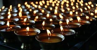 Kerstmiskaarsen die bij nacht branden De abstracte Achtergrond van Kaarsen Gouden licht van kaarsvlam royalty-vrije stock afbeeldingen
