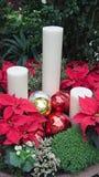 Kerstmiskaarsen en ballen Stock Foto's