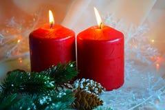 Kerstmiskaarsen en groene takjes royalty-vrije stock afbeelding