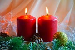 Kerstmiskaarsen en groene takjes royalty-vrije stock foto's