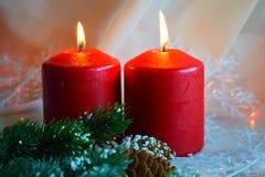 Kerstmiskaarsen en groene takjes royalty-vrije stock afbeeldingen