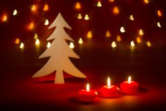 Kerstmiskaarsen en ornamenten over donkere achtergrond met gestalte gegeven bokeh lichten royalty-vrije stock afbeeldingen