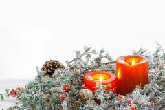 Kerstmiskaarsen en sneeuwspartakken op witte achtergrond Ruimte voor tekst Royalty-vrije Stock Foto's