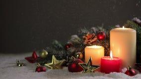 Kerstmiskaarsen met decoratie stock videobeelden