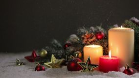 Kerstmiskaarsen met decoratie stock video