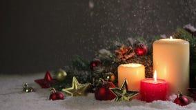 Kerstmiskaarsen met decoratie stock footage