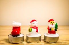 Kerstmiskaarsen op een lijst stock foto's