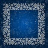 Kerstmiskader met zilveren sneeuwvlokken op een blauwe achtergrond Grens van lovertjeconfettien Stock Afbeeldingen