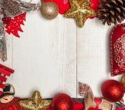 Kerstmiskader op witte houten achtergrond stock foto's