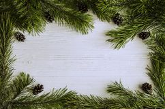 Kerstmiskader van pijnboom groene takken en denneappels royalty-vrije stock fotografie
