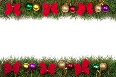 Kerstmiskader van spartakken wordt gemaakt met ballen en rode die bogen worden op witte achtergrond worden geïsoleerd verfraaid d Stock Foto