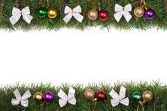 Kerstmiskader van spartakken wordt gemaakt met ballen en zilveren die bogen worden op witte achtergrond worden geïsoleerd verfraa Royalty-vrije Stock Foto's