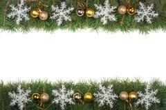 Kerstmiskader van spartakken wordt gemaakt met ballen worden en sneeuwvlokken op witte achtergrond worden geïsoleerd verfraaid di Royalty-vrije Stock Foto's