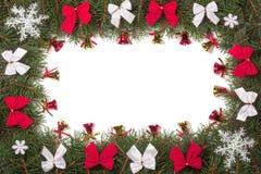Kerstmiskader van spartakken wordt gemaakt met bogen worden en klokken op witte achtergrond worden geïsoleerd verfraaid die Stock Fotografie