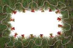 Kerstmiskader van spartakken wordt met parels en klokken op witte achtergrond worden verfraaid gemaakt die Royalty-vrije Stock Afbeelding