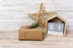 Kerstmiskalender Kerstmisgift, spartakken op houten witte achtergrond Exemplaar ruimte, hoogste mening Royalty-vrije Stock Foto's