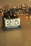 Kerstmiskalender met 25 December op houten blokken Stock Afbeeldingen