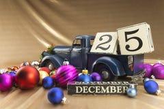 Kerstmiskalender met 25 December op houten blokken Stock Foto