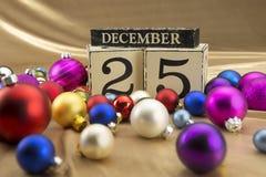 Kerstmiskalender met 25 December op houten blokken Royalty-vrije Stock Fotografie