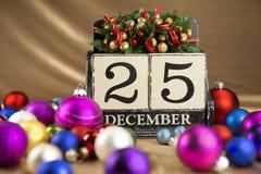 Kerstmiskalender met 25 December op houten blokken Stock Foto's