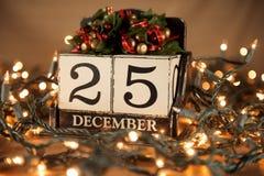 Kerstmiskalender met 25 December op houten blokken Royalty-vrije Stock Foto