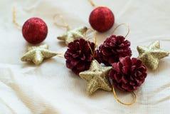 Kerstmiskegels en sterren Stock Afbeeldingen